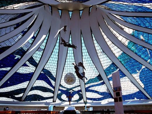 http://christianrocha.files.wordpress.com/2008/12/catedral_de_brasilia.jpg